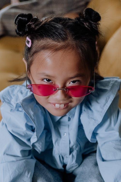 Kırmızı Güneş Gözlüğü Takmış Mavi Düğmeli Gömlekli Kız