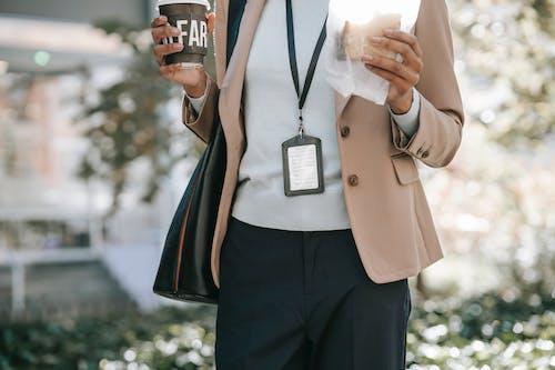 Mujer En Falda Negra Con Taza De Cerámica En Blanco Y Negro
