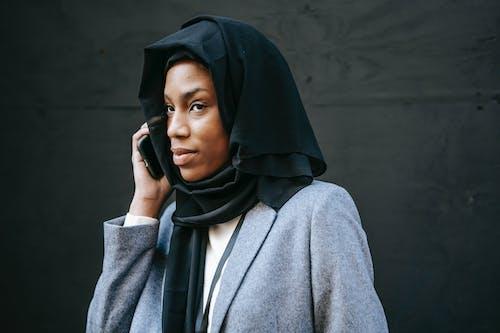 Femme En Manteau Gris Et Hijab Noir