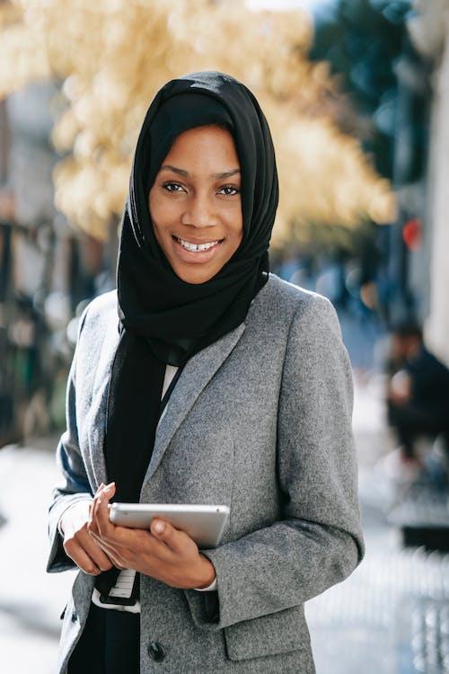 Wanita Dengan Smartphone Genggam Mantel Abu Abu
