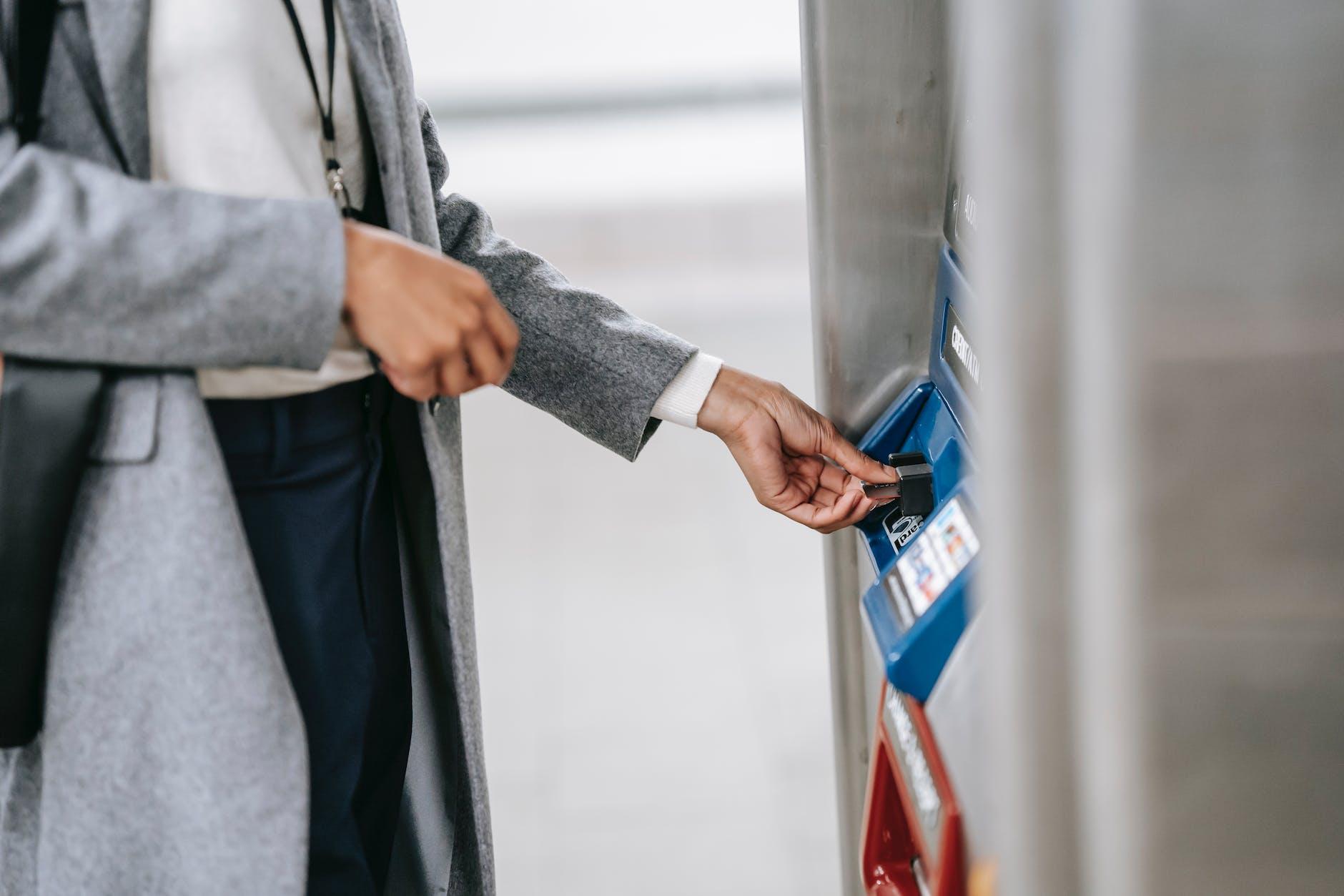 Ilustrasi penarikan uang di mesin ATM.