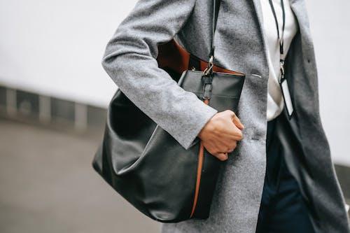 灰色長袖襯衫和黑色褲子的男人
