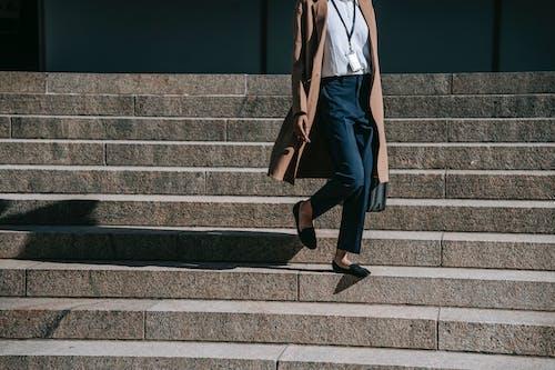 Homem De Blazer Azul E Calça Preta Com Sapatos Pretos Em Pé Na Escada De Concreto Cinza