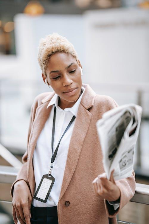 Mujer En Abrigo Marrón Con Papel De Impresora Blanco