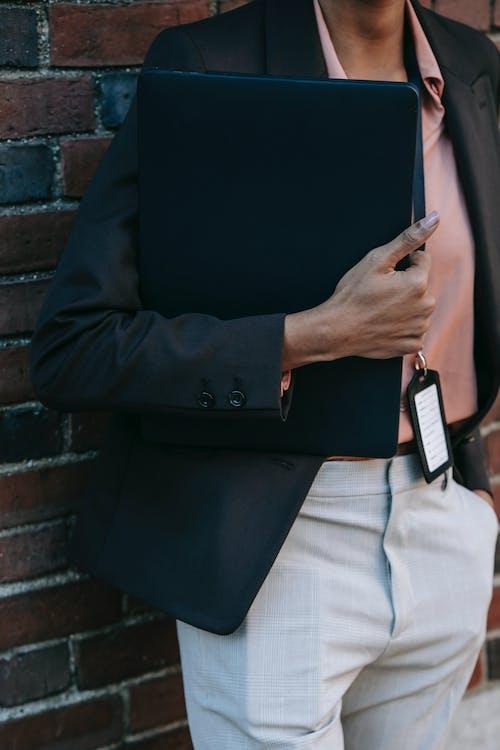 Homme En Blazer Noir Et Chemise De Ville Blanche Tenant Un Smartphone Noir