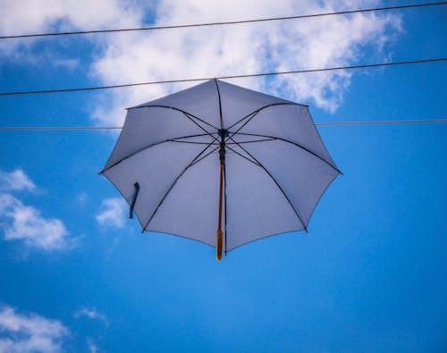 Бесплатное стоковое фото с зонтик, небо