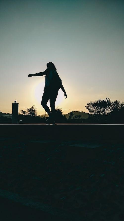 Kostnadsfri bild av flicka, gående, solnedgång, tåg