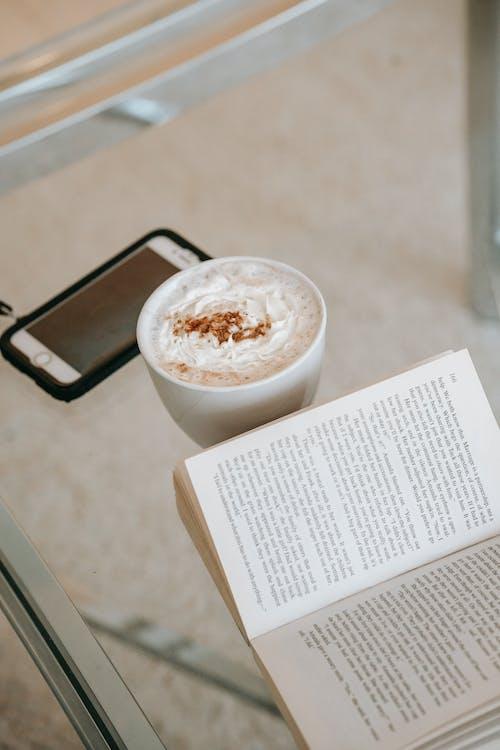 白い液体と白いセラミックカップ