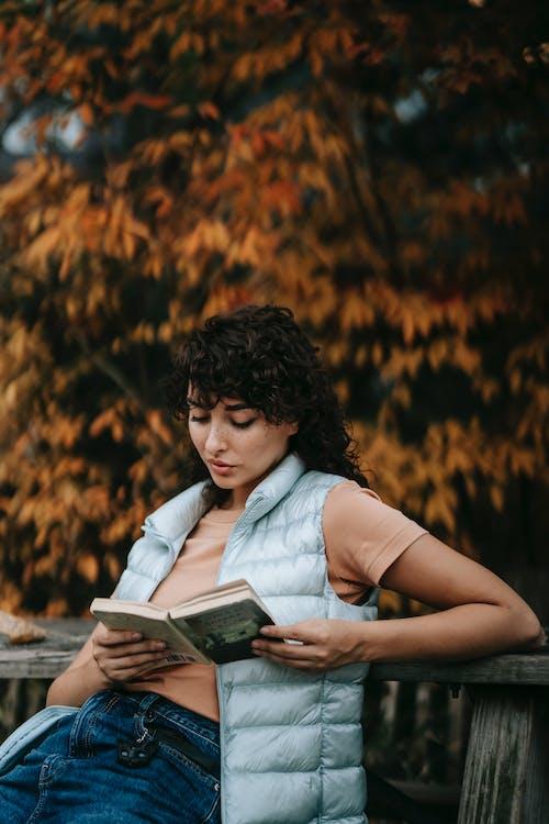 Mulher Lendo Livro Sentada Na Rocha