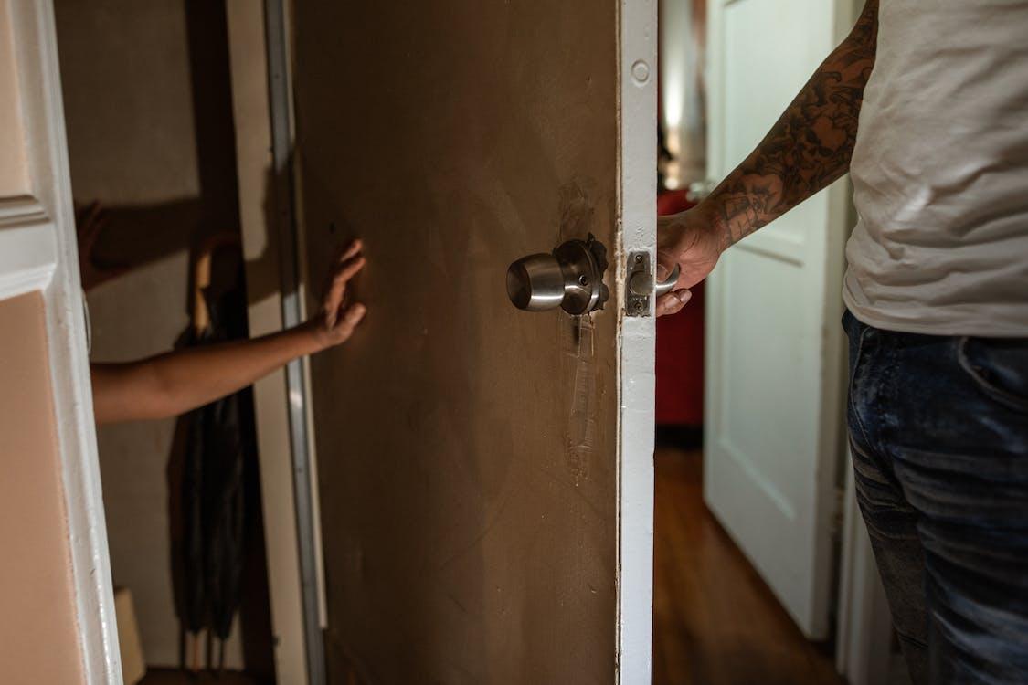 Человек с татуировкой на руке