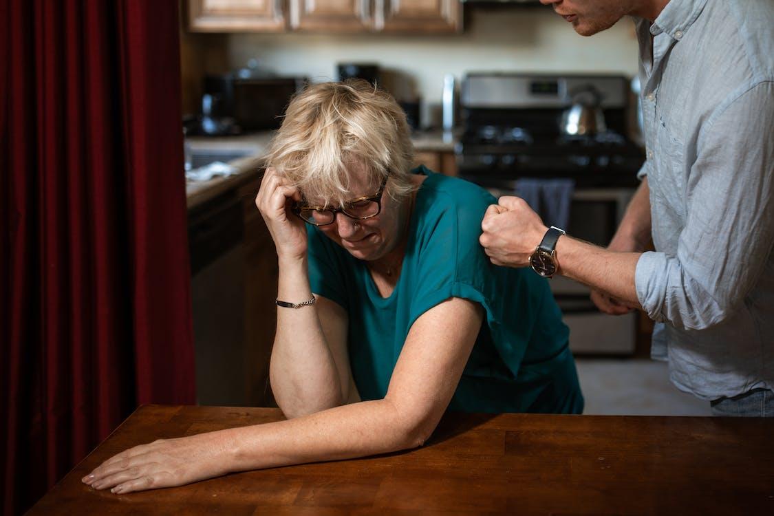 Vrouw In Groen T Shirt Met Ronde Hals Aan De Tafel Zitten