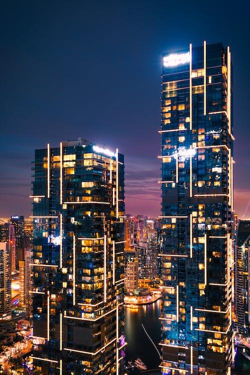 Edificios De La Ciudad Durante La Noche