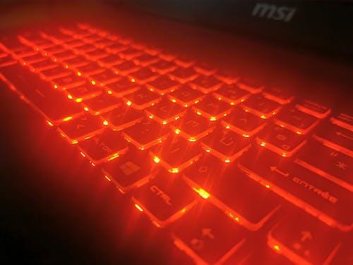Ảnh lưu trữ miễn phí về ánh sáng, bàn phím, bàn phím máy tính xách tay, bàn phím táo