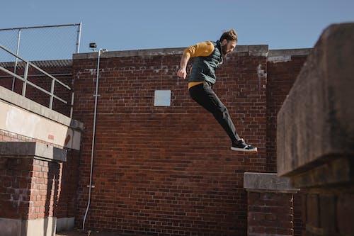 Hombre Valiente Saltando En El Techo