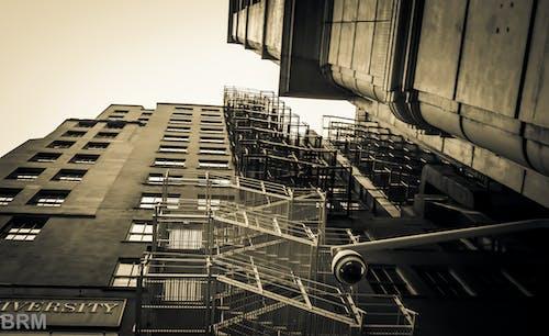 Ingyenes stockfotó biztonsági kamera, épületek, fekete-fehér, felnéz témában