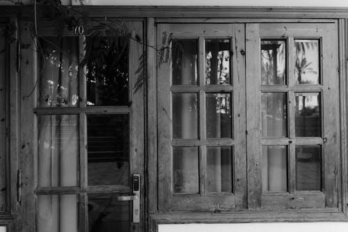 Kostenloses Stock Foto zu einfarbig, graustufen, holzfenster