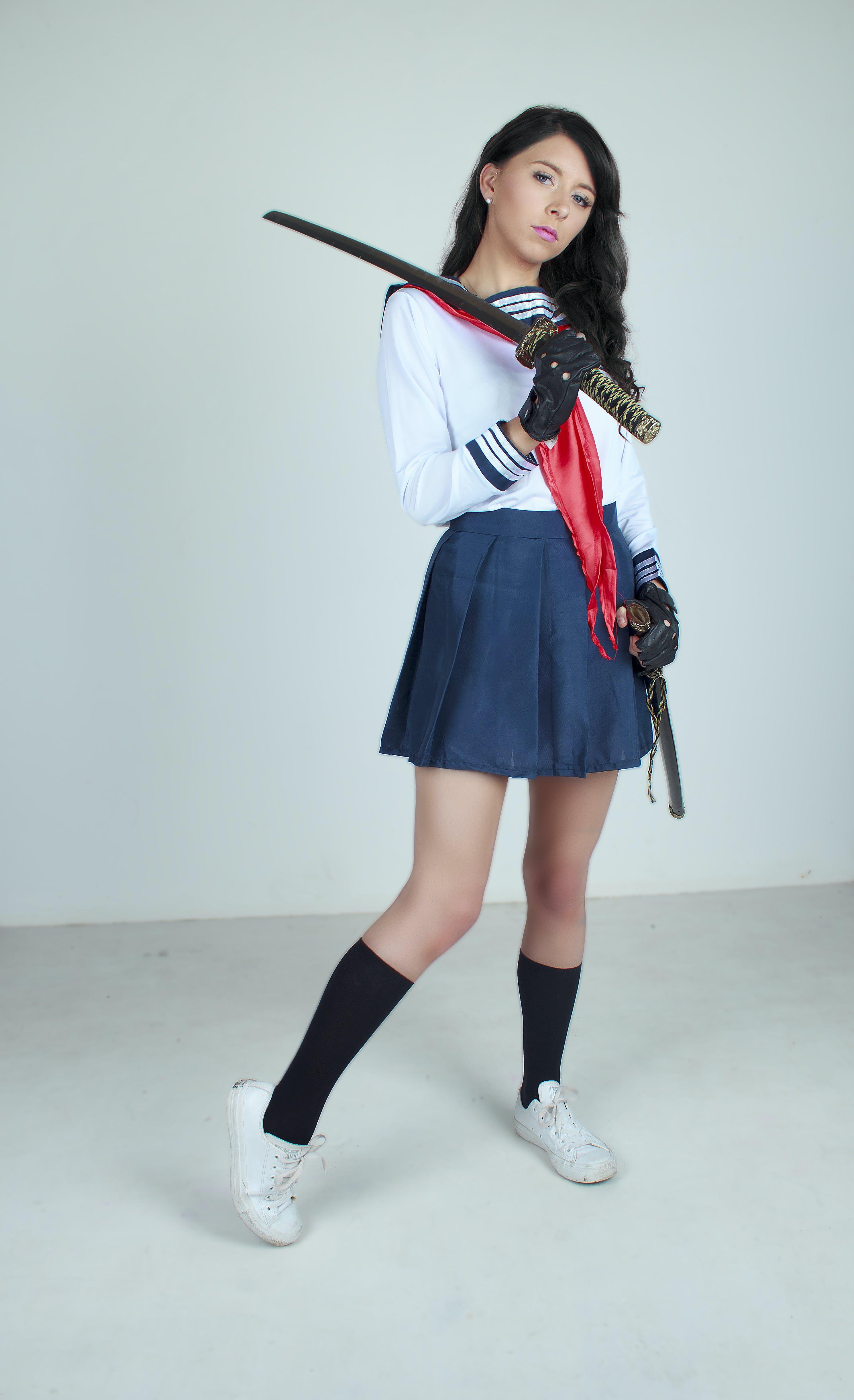Kostenloses Stock Foto zu cosplay, japanische schulmädchen uniform, schwert, stehen