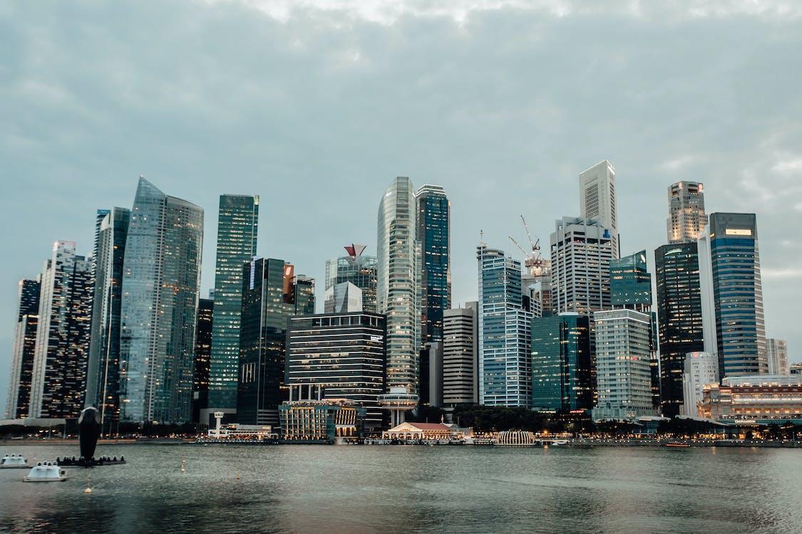 橫跨水域的城市天際線