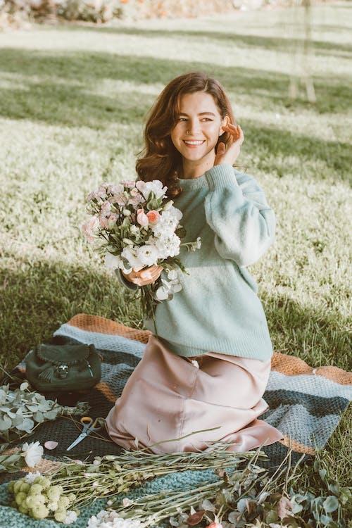Ảnh lưu trữ miễn phí về áo len, bó hoa, cỏ