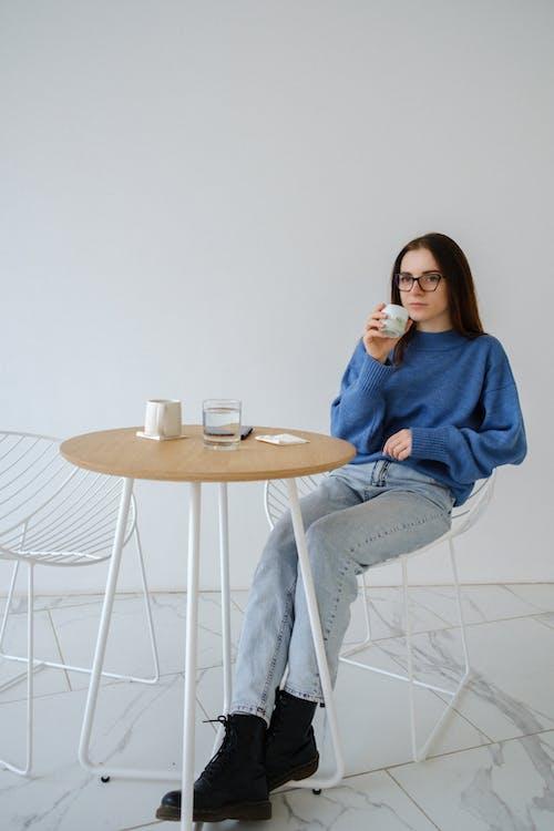 Wanita Santai Dengan Minuman Panas Di Kursi Berlengan