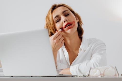 Ingyenes stockfotó fehér hosszú ujjú, figyel, hordozható számítógép témában