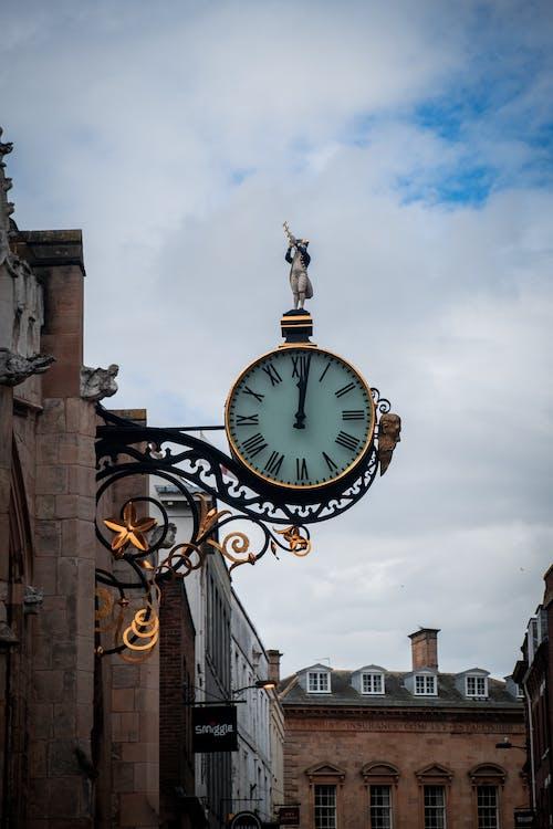 Black and White Analog Clock at 10 00