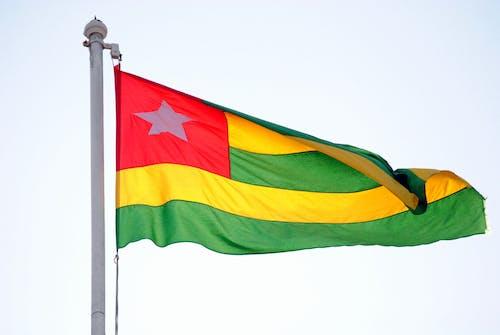 Fotos de stock gratuitas de asta de bandera, bandera de togo, bandera nacional