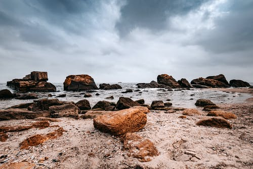 Darmowe zdjęcie z galerii z chmury, kamienie, piasek