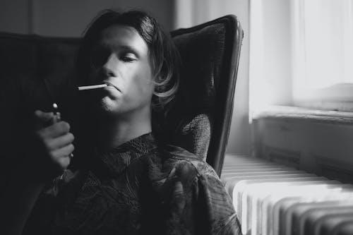 Cigarette D'éclairage Homme Réfléchi Dans La Chambre