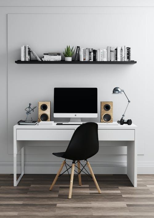 Witte Flat Screen Computermonitor Op Wit Houten Bureau