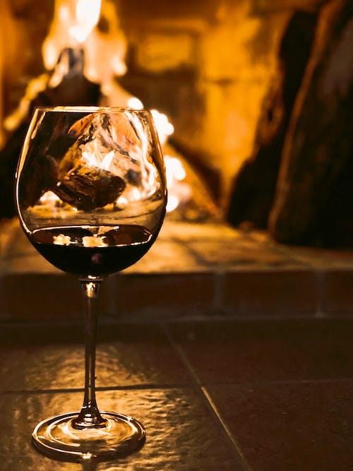 Kostnadsfri bild av glas vin, mysigt hem, öppen spis