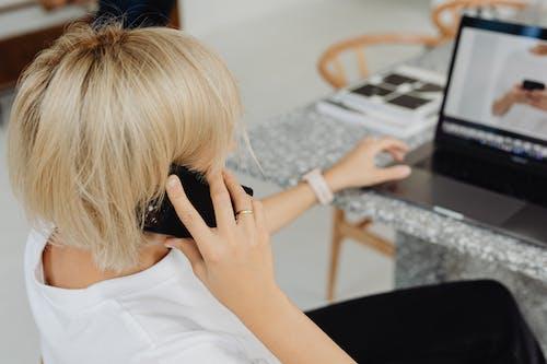 Бесплатное стоковое фото с беспроводной, блондинка, в помещении, волос