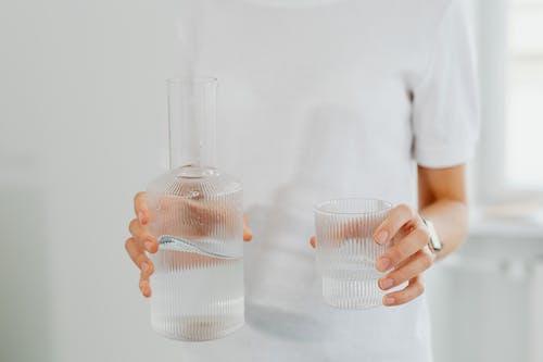 Бесплатное стоковое фото с h2o, в помещении, жажда, женщина