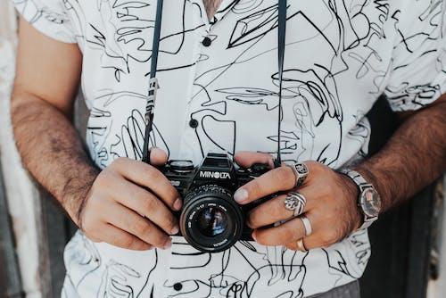 裁剪相機的男人