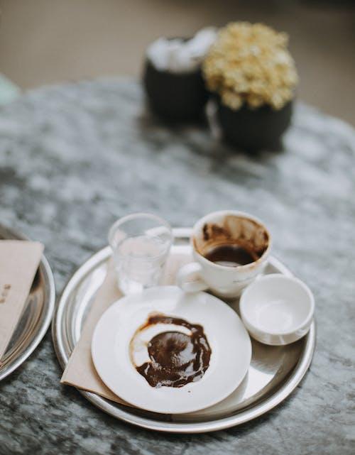 熱巧克力的美味甜點裝在杯子裡加水