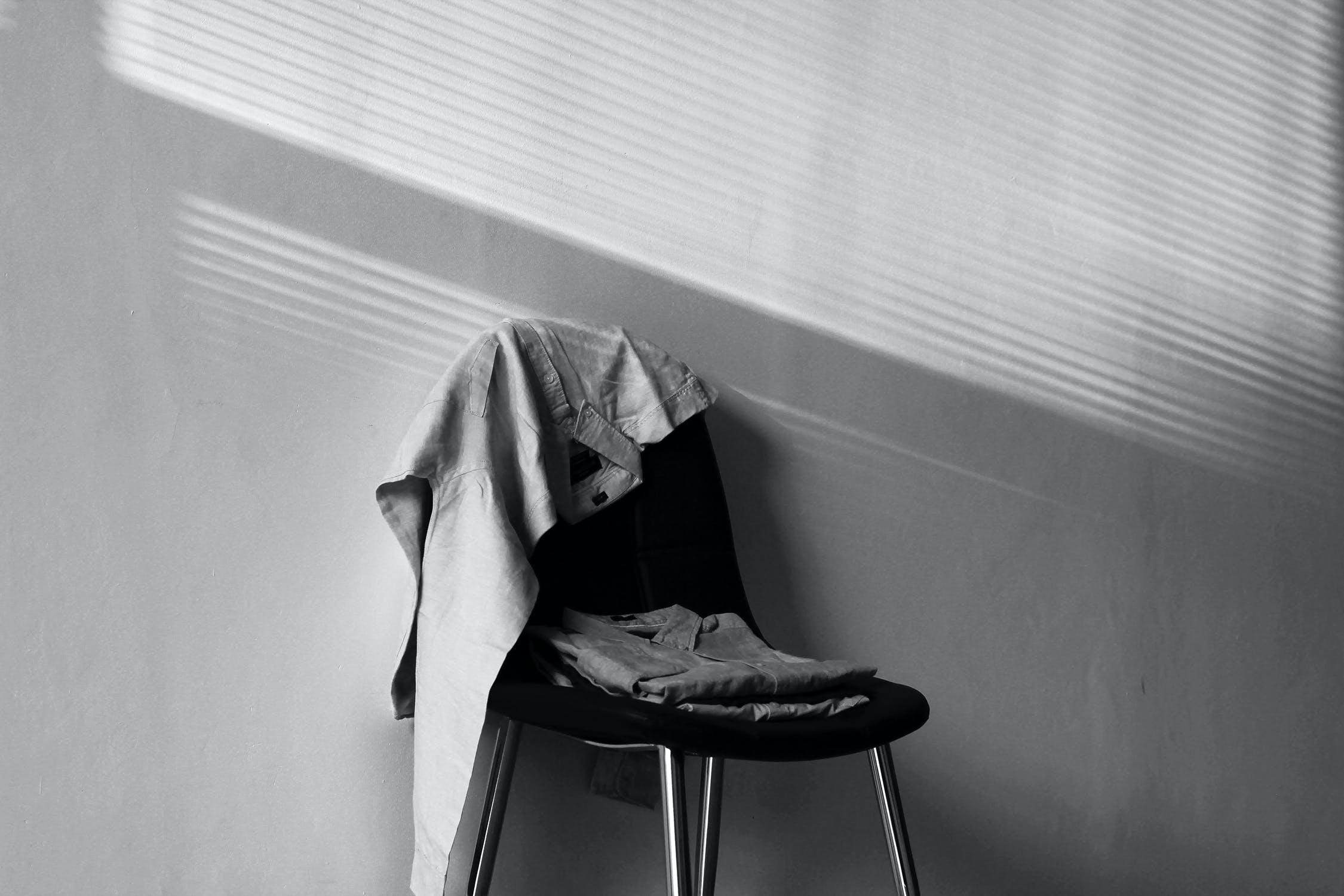 Kostenloses Stock Foto zu schwarz und weiß, hemd, stuhl, sitz