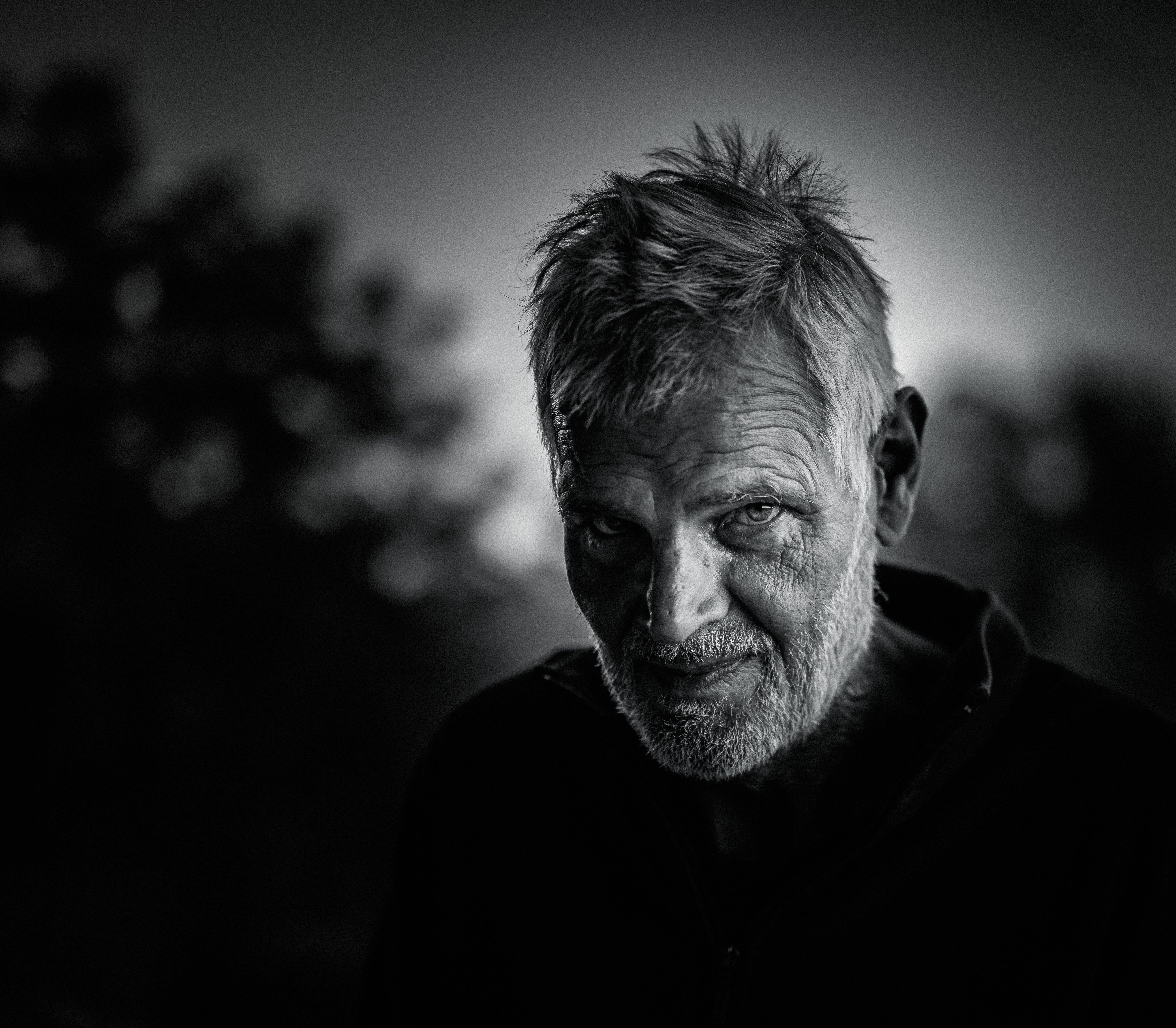 Základová fotografie zdarma na téma černobílý, chlápek, chloupky na obličeji, dívání