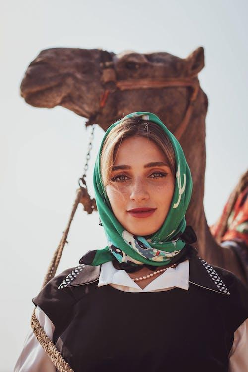Kostnadsfri bild av Arabisk kamel, kvinnligt porträtt, mode, porträttfotografi