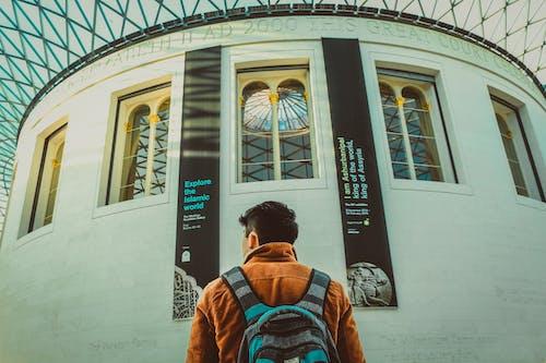 Immagine gratuita di architettura, giacca marrone, in piedi