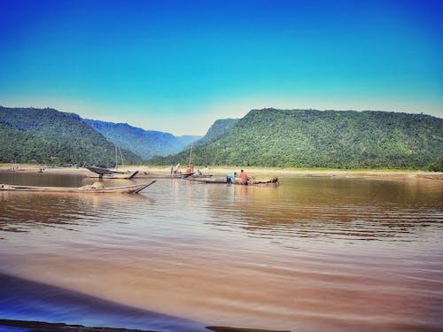Fotos de stock gratuitas de cielo azul, cubierta de barco, fondo de montaña, hermosa naturaleza