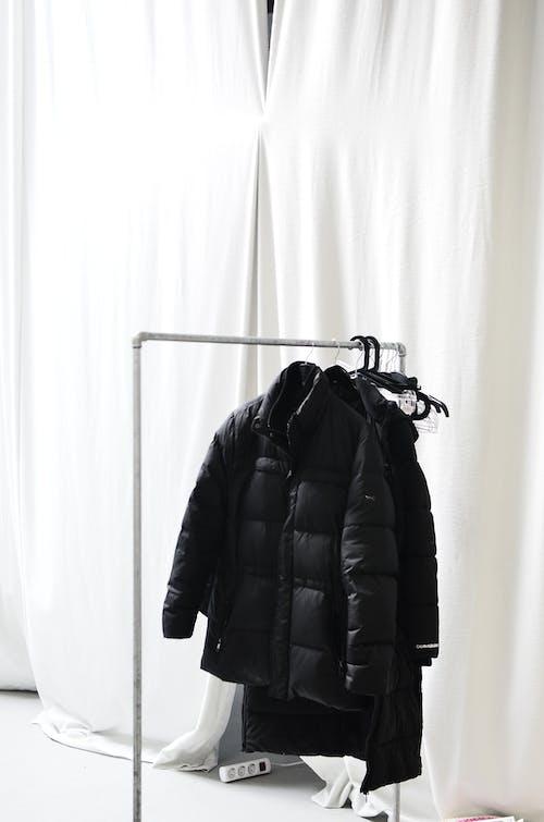 Jaket Kulit Hitam Digantung Di Gantungan Baju Hitam