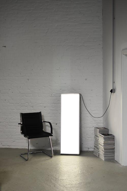 Kursi Hitam Putih Di Samping Dinding Putih