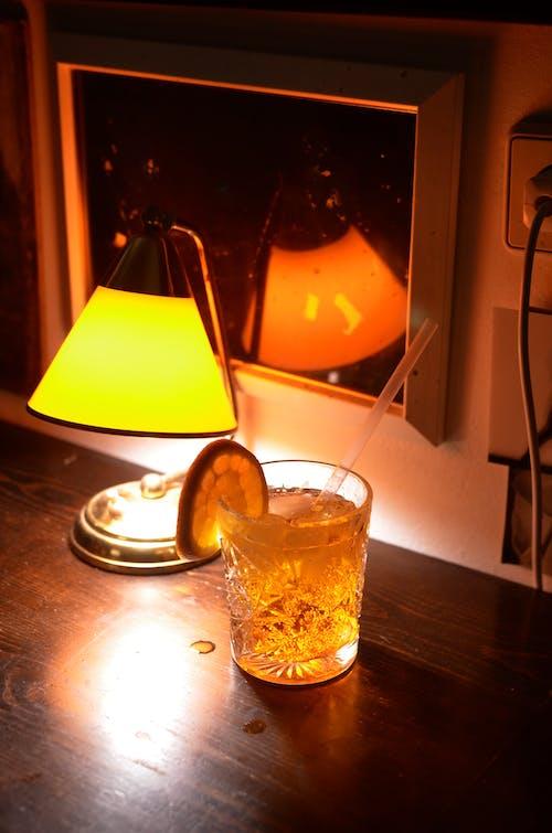 Bicchiere Trasparente Con Liquido Marrone All'interno
