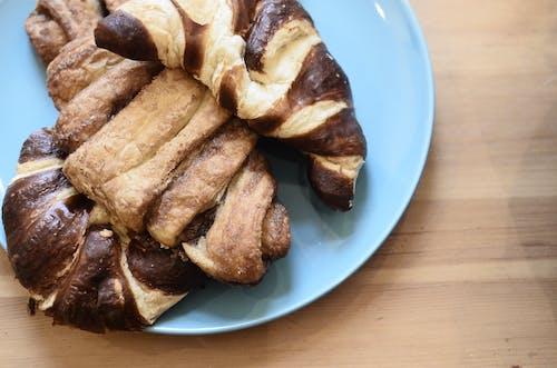 Makanan Goreng Coklat Di Piring Keramik Biru