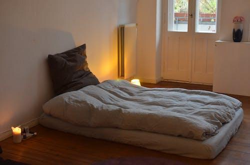 白色的床单,白色的木门附近