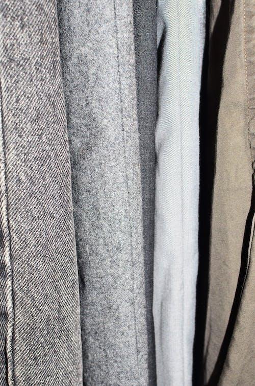 棕色紡織上的灰色紡織