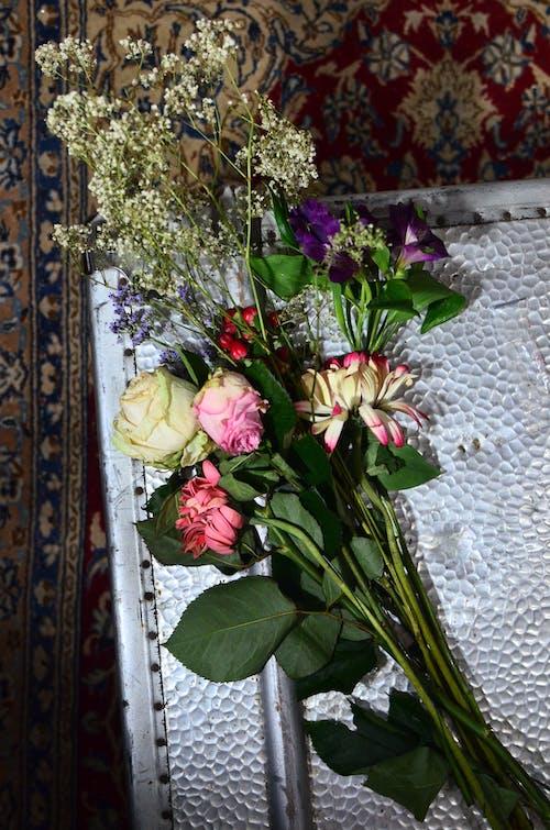 赤と白の花の花束