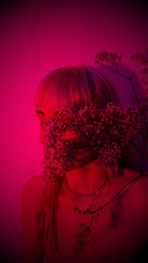 실버 페르시 목걸이를 입고 분홍색 머리를 가진 여자