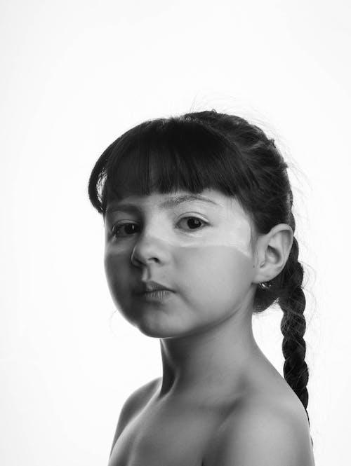 Фотография девушки с заплетенными волосами в оттенках серого