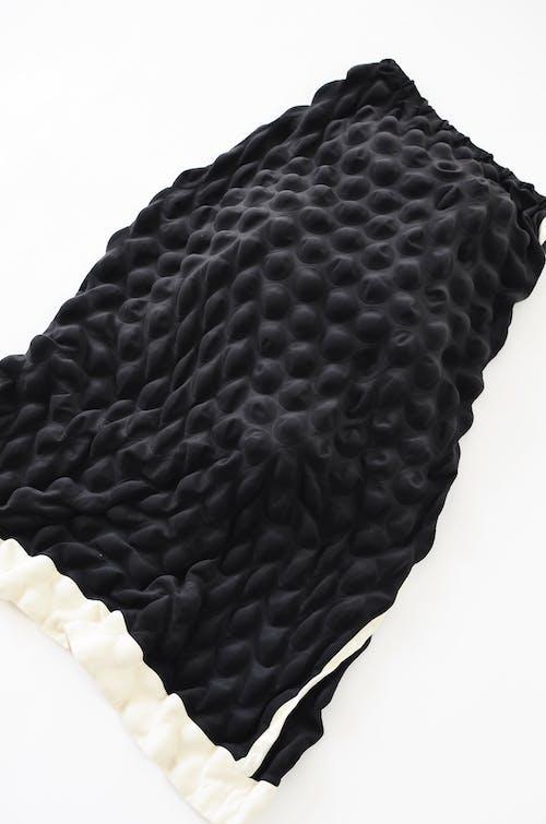 Beyaz Yüzeyde Siyah Tekstil
